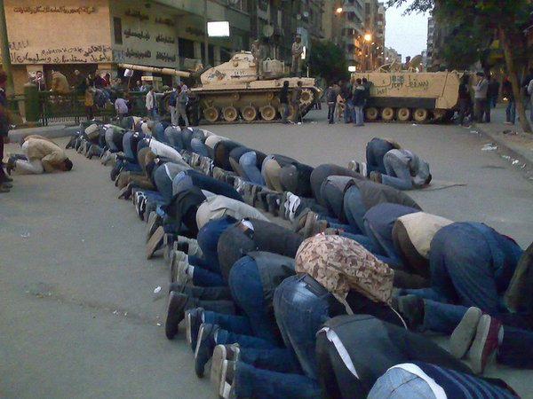 Demonstrators praying in Tahrir Square, Egypt <br/>Photo:© Ramy Raoof (flickr)