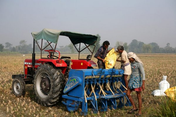 Farmers in Western India sow wheat using zero tillage.<br />Photo: © CSISA/CIMMYT