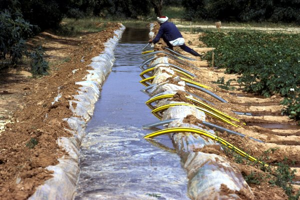 Siphon irrigation in Tunisia.<br/>Photo: © FAO