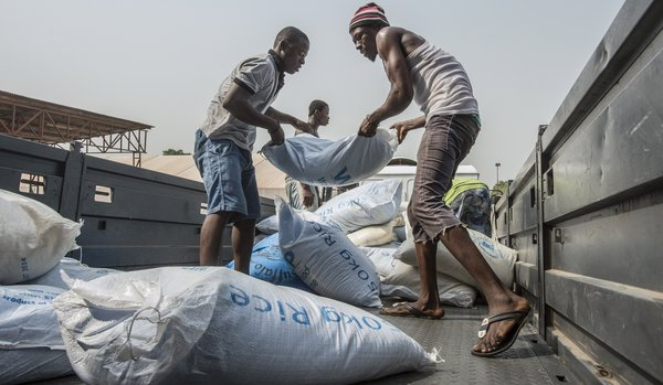 Food Distribution in Port Loko, Sierra Leone 2015.<br />Photo : © WFP/Rein Skullerud